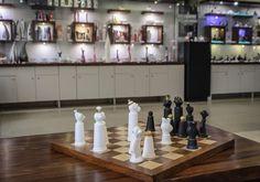 """Najnowszy projekt - pierwsze na świecie Porcelanowe Małpie Szachy. Pierwsze w świecie """"Małpie szachy"""" wykonane ręcznie z najwyższej jakości porcelany, a następnie ręcznie zdobione 24 karatowym złotem. fot.: Marek Skrzypczak"""