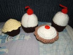 I made some tea time treats to go along with the three kittens I knitted for my nephew and niece (pattern here ).  The pattern for the Bakew...