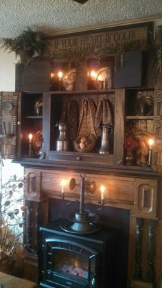 primitive homes decorated for christmas Primitive Homes, Country Primitive, Primitive Fireplace, Primitive Living Room, Primitive Kitchen, Primitive Furniture, Fireplace Mantle, Primitive Crafts, Rustic Fireplaces