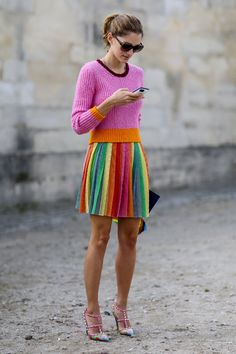 Truque de styling infalível: saia plissada multicolorida + top  de uma cor só (Foto: Imaxtree)