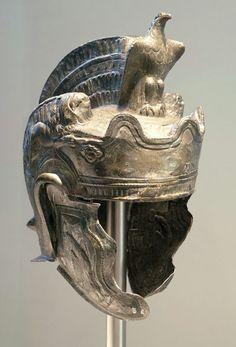 Teilenhofener Helm. Elmo romano da parata secondo secolo dopo Cristo Germanisches National Museum Norimberga