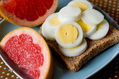 The link leads to 10 easy, healthy breakfast recipes that sounds delicious! The eggs on toast and grapefruit looks the best to me. I love grapefruit. Think Food, I Love Food, Good Food, Yummy Food, Super Dieta, Healthy Snacks, Healthy Recipes, Healthy Breakfasts, Nutritious Breakfast