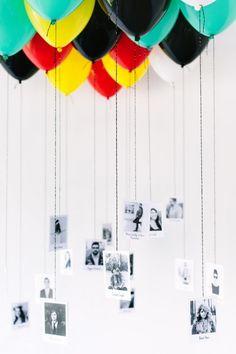 Globos colgando con fotografías de una pareja