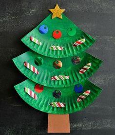 Basteln Sie aus gefärbten Papptellern einen Weihnachtsbaum