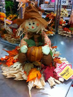 Halloween Lanterns, Halloween Yard Decorations, Thanksgiving Decorations, Moldes Halloween, Make A Scarecrow, Fall Scarecrows, Autumn Display, Fall Arrangements, Crochet Fall