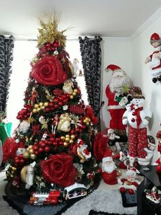 Here are 100 best Christmas Trees ideas. These Christmas Trees decor ideas & inspirations will help you in your Christmas decorations & Christmas tree decor Silver Christmas Decorations, Christmas Tree Themes, Christmas Home, White Christmas, Holiday Decor, Creative Christmas Trees, Beautiful Christmas Trees, Ideas Bonitas, Red Gold