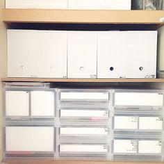 なんだか収納がしっくりこない……そんなお悩みはありませんか?アイテムや場所など、収納の悩みは人それぞれ。そんな時、ポイントの一つとして、収納ボックスを見直してみてはいかがでしょうか?今回は無印良品、ニトリ、イケアの3大インテリアショップの人気収納ボックスをご紹介します。