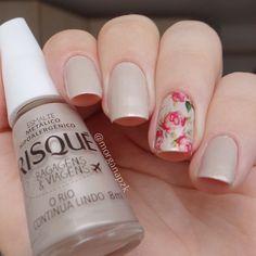 Nude nails. Nail art. Flowers nail design. Polishes. Polish. Esmalte O Rio Continua Lindo da Risqué e película da loja Estilo Rosa. Instagram by @morganapzk