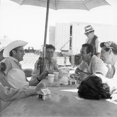 James Dean, Mercedes McCambridge, Robert Hinkle, Rock Hudson, Elizabeth Taylor. Foto por: Sid Avery