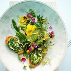 Kräutersalat mit Blüten: Rezept aus der leichten Küche bei for me | For me online Germany