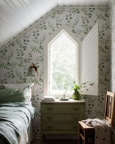 The magnificent floral pattern in our Midsummer Eve wallpaper is inspired by a Swedish folklore. Add some Scandinavian style to your home – order wallpaper samples online. Bedroom Inspo, Home Bedroom, Bedrooms, Decor Room, Bedroom Decor, Wall Paper Bedroom, Home Decor Inspiration, Design Inspiration, Look Rose
