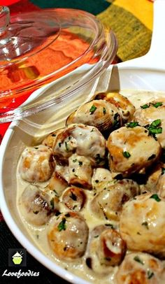 VEGAN CREAM CHEESE instead Creamy Garlic Mushrooms. This is a very quick, easy and delicious recipe, perfect as a side, serve on toast for brunch, or add to some lovely pasta! Side Dish Recipes, Vegetable Recipes, Vegetarian Recipes, Cooking Recipes, Healthy Recipes, Easy Recipes, Recipes Dinner, Banting Recipes, Cooking Pork