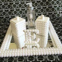 Genteeeeeeeee.... É este kit maravilhoso para um quartinho de uma princesa este kit vem com duas caixinhas personalizadas para cotonete e algodão, um vidro personalizado para álcool em gel ou sabonete anti-séptico, a letra inicial do nome da boneca, tudo está delicadeza numa bandeja espelhada com pérolas quadrada... Está um mimo né? Nós adoramos fazer para esta princesinha. Quer fazer uma para o quarto de sua princesa  ou de seu príncipe? Ou até mesmo para o seu quarto, com as iniciais su...