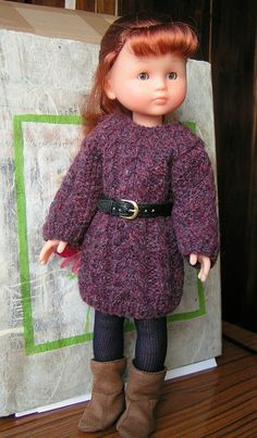 In French. Free dress or Aran sweater knitting pattern for Les Chéries. Doll Clothes Patterns, Doll Patterns, Clothing Patterns, Barbie Clothes, Pet Clothes, Wellie Wishers, American Girl Clothes, Sweater Knitting Patterns, Knitted Dolls