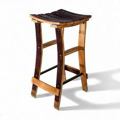Original taburete alto, fabricado a partir de duelas de roble, provenientes de barricas de vino; este taburete ideal para bares, jardines o para su uso en el hogar.                                                                                                                                                                                 Más