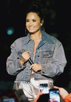 Pinterest: DEBORAHPRAHA ♥️ Demi lovato wearing oversized denim jacket and hoops #demi #lovato #style #denim #jackets
