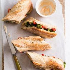 Γαλλική μπαγκέτα με ψητό μπρόκολο και σος με κρεμμύδι και πιπεριά | tlife.gr