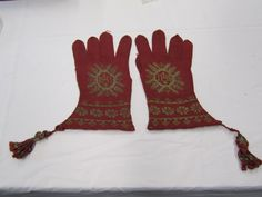 A pair of gloves hand knitted in red silk yarn and yellow silk yarn, Spain (probably, made), 1500-1599 workshop 1 045