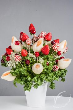 Fruit bouquet with pear calla lilies. Video lesson available on www.visualfood.org