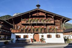 Tiroler Bauernhaus Chalet Style, Ski Chalet, Minecraft Houses, Vermont, Skiing, Cozy, Mansions, House Styles, Home Decor