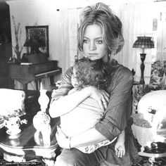 Goldie Hawn and daughter Kate Hudson, 1980 : OldSchoolCool Classic Hollywood, Old Hollywood, Rock N Roll Style, Goldie Hawn Kurt Russell, Goldie Hawn Now, Goldie Hawn Young, Mother Daughter Pictures, Celebrities Then And Now, Cinema
