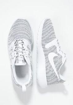 So machst du auch abseits des Fitnessstudios eine gute Figur! Nike Sportswear ROSHE ONE KJCRD - Sneaker - cool grey/white für 59,95 € (02.07.16) versandkostenfrei bei Zalando bestellen.