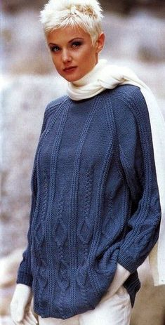 suéter modelada azul.