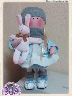 Hola a todos!!! Hacía un tiempo que no os enseñaba nuevos trabajos. Esta muñeca llamada Amparo, es diferente a las anteriores. Es otro patrón. Es otra tela para la base. Más pequeña en tamaño. Pero...