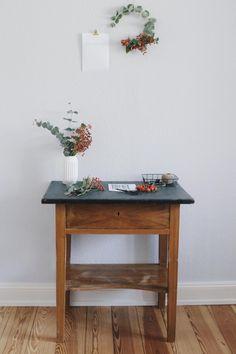 Der Herbst ist eingezogen. Mit diesem auch die Idee für meinen leichten Blumenkranz aus Eukalyptus und Hagebutten inkl. herbstlicher Poster zum Ausdrucken.