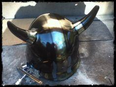Efeito cromado no capacete de chifres