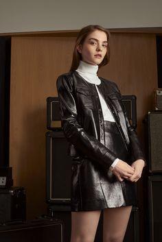 SHOOTING PRESS A W 16 Camaïeu 2016 Veste et jupe simili-cuir noirs Pull  manches longues col roulé blanc - Faux leather skirt and jacket 77c0a37e4ae2