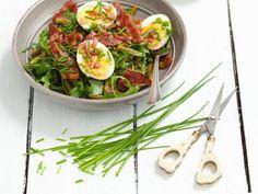 Deftiger Rucola-Bohnensalat mit Bacon und Eiern |