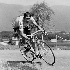 Picture taken during the 1970 Tour de France shows Eddy Marckxx of Belgium takes a turn in 1970 Cycling Motivation, Cycling Quotes, Bicycle Quotes, Cycling News, Road Cycling, Non Plus Ultra, Bike Poster, Vintage Cycles, Road Bike Women