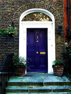 This door color would be a great accent Beautiful Front Doors, Unique Doors, Portal, Front Door Colors, Front Door Decor, Porch Entry, Front Porch, Door Entry, Welcome Signs Front Door