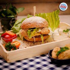 #streetfood #burger #food #fooddelivery #teletal Burger Food, Salmon Burgers, Street Food, Hamburger, Chicken, Ethnic Recipes, Burgers, Cubs