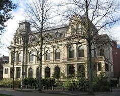Het herenhuis aan het Hereplein in Groningen (een ontwerp van de Oldenburger Gerhard Schnitger) is gebouwd in de zogenaamde 'Loire-stijl' (neoclassicistisch), de stijl waarin diverse Franse kastelen aan de Loire waren gebouwd.