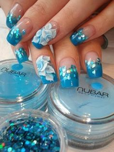 Blaues Nageldesign Blüten