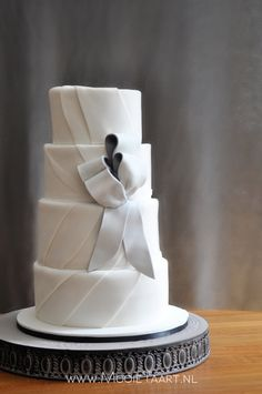 """Ton-sur-ton"", wedding cake with double-layered bows, by www.mooietaart.nl"