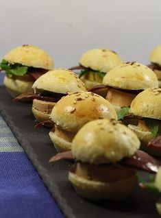 Mini burger au foie gras In a little over a month it is Christmas, so during the weeks that will arrive I will try to give you several recipe ideas for the holidays, gourmet recipes, with produ … Tapas, Mini Hamburgers, Brunch, Xmas Dinner, Delicious Burgers, Festa Party, Xmas Food, Healthy Recipes, Entrees