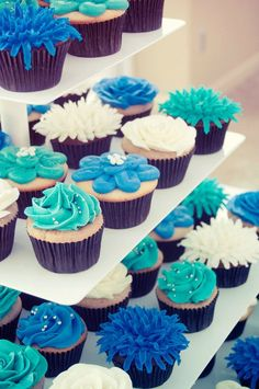 Easy decorating ideas for cupcakes - like the white flower with chocolate cake - easy but effective with the dark colored papers and chocolate cake