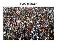 Dit zijn de 5000 mensen die Jezus heeft gevoed met 2 broden en 5 vissen.