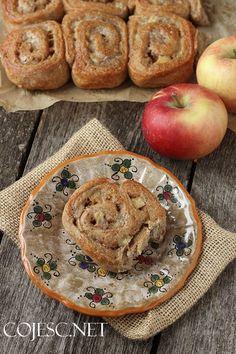 Dzisiaj mam dla Was przepis na pyszne drożdżowe zawijaski jabłkowo - cynamonowe. Nie jest to aż tak pulchny wypiek jak tradycyjna drożdżówka, ale dodatek mąki pełnoziarnistej sprawia, że ma ona zdecyd Camembert Cheese, Healthy Eating, Bread, Breakfast, Desserts, Recipes, Food, Tailgate Desserts, Meal