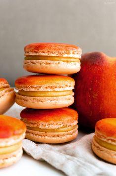 Peach Cobbler Macarons 2 0 b sweet French Macaroon Recipes, French Macaroons, French Macaron Filling, French Desserts, Tea Cake Cookies, Macaroon Cookies, Sandwich Cookies, Shortbread Cookies, Jelly Cookies