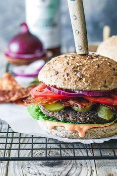 The world's best black bean burger with delicious burger sauce and vegan bacon Chili Burger, Bun Burger, Quinoa Veggie Burger, Veggie Sausage, Veggie Food, Hot Dog Recipes, Veggie Recipes, Baby Food Recipes, Food Baby