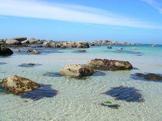 Een helderblauwe zee bij Locquirec, één van de pittoreske badplaatsjes van Bretagne