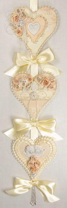 Enfeite de Porta - Corações com Detalhes em Fitas e Flores