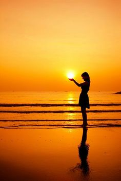 Sunset pictures, beach pictures, sunrise photography, shadow photography, p Silhouette Photography, Shadow Photography, Sunrise Photography, Creative Photography, Amazing Photography, Photography Poses, Sunset Pictures, Beach Pictures, Sunset Silhouette