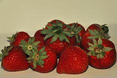 Na pewno nie jest uznawana za symbol tego kraju czy któregoś z jego regionów, nie przychodzi szybko do głowy tak jak na przykład morele z Doliny Wachau czy olej z pestek styryjskich dyń. Austriacka truskawka ma jednak swoje małe królestwo Austria, Strawberry, Fruit, Breakfast, Pineapple, Morning Coffee, Strawberry Fruit, Strawberries, Strawberry Plant