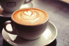 O sabor do seu café pode ser influenciado pela cor da sua xícara