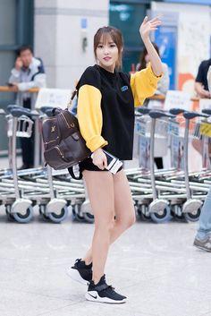 "Gfriend Yuju in airport ""Yuju - fashion"" Korean Airport Fashion, Korean Fashion Minimal, Korean Fashion Street Casual, Korean Fashion Winter, Korean Fashion Casual, Kpop Fashion, Extended Play, Gfriend Yuju, Kpop Outfits"